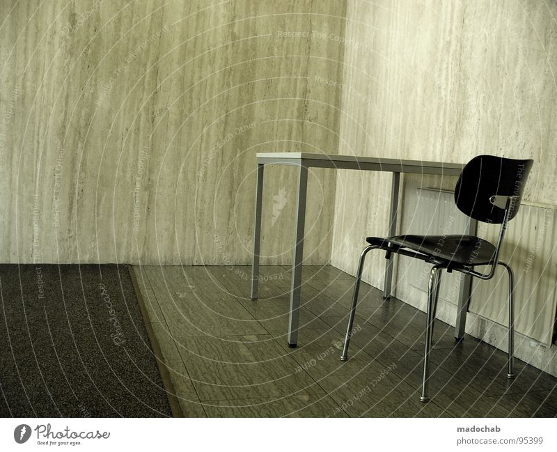 AMT - PANIKRAUM alt Einsamkeit Wand grau Stein Traurigkeit Beine Raum Angst warten Tisch leer trist Justizvollzugsanstalt stehen Stuhl