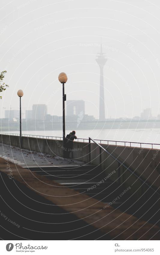 düsseldorf Freizeit & Hobby Mensch Himmel Nebel Fluss Rhein Düsseldorf Stadt Skyline Mauer Wand Treppe Sehenswürdigkeit Wahrzeichen Rheinturm Straßenbeleuchtung