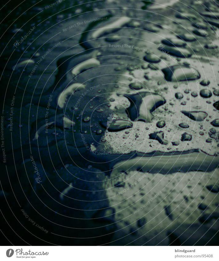 Black Rain Nahaufnahme glänzend nass feucht Licht Unwetter rosa schwarz dunkel Umwelt Makroaufnahme Wasser Statue Lampe Wassertropfen light slippery water
