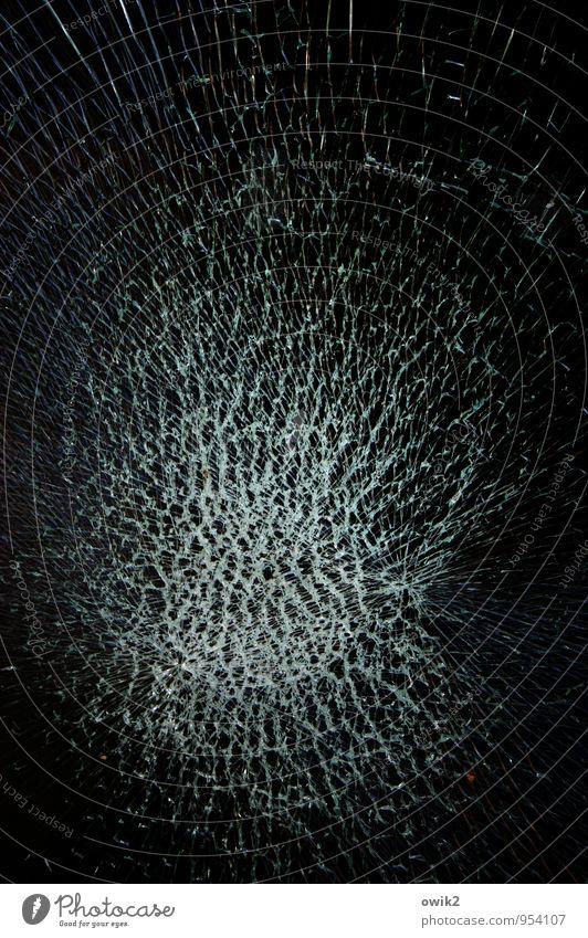 Urknalltheorie Schaufenster Glasscheibe Fensterscheibe kaputt bedrohlich gigantisch rebellisch trashig blau schwarz gefährlich Stress bizarr Krise Wut