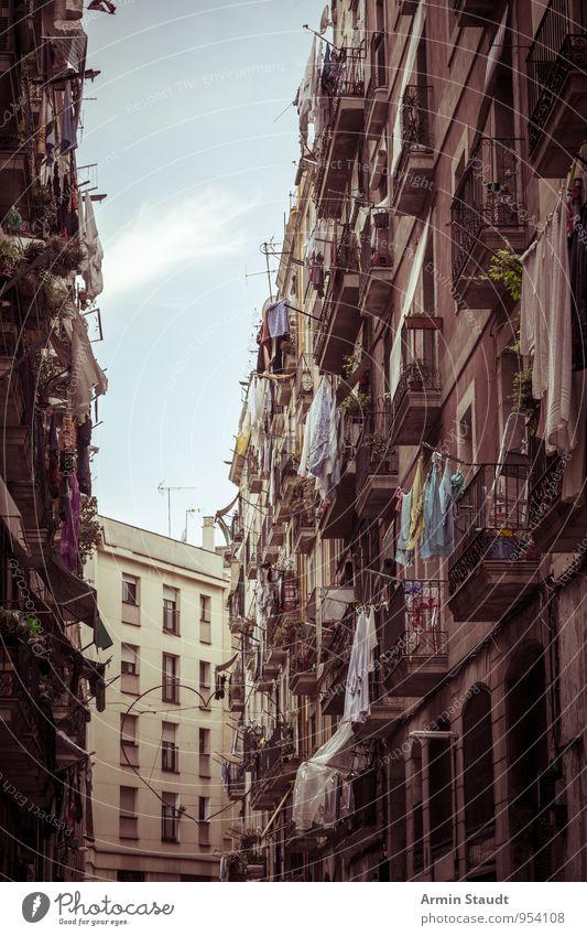 Häuserschlucht - Barcelona Ferien & Urlaub & Reisen Häusliches Leben Himmel Schönes Wetter Altstadt Haus Gebäude Balkon Sehenswürdigkeit Wäscheleine trocknen