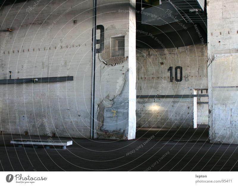 halle 9 10 Beton grau Ziffern & Zahlen Gebäude leer industriell Industrie Lagerhalle Parkplatz Einsamkeit Tod umfunktioniert