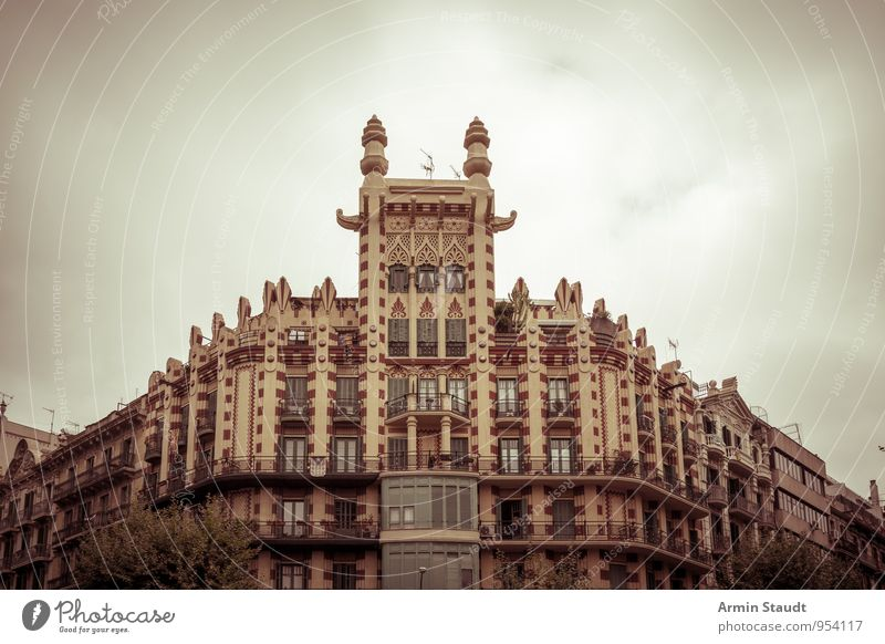 Altes Haus in Barcelona Himmel Ferien & Urlaub & Reisen alt Stadt Sommer Wolken dunkel Gebäude braun Stimmung Fassade träumen Tourismus ästhetisch bedrohlich