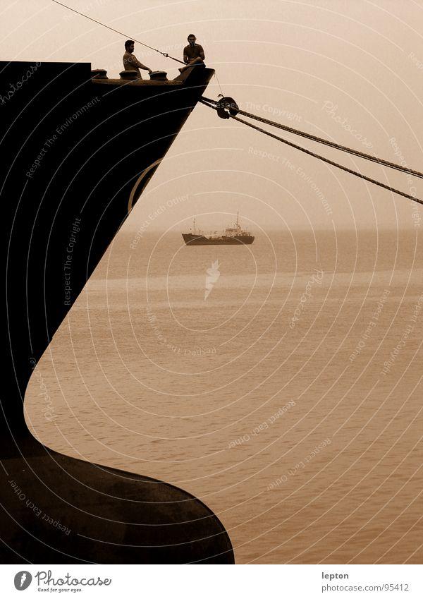 coffee break Meer sprechen Freundschaft Wasserfahrzeug Seil Pause Industriefotografie Aussicht Hafen Schifffahrt Arbeiter Schiffsbug Frachter