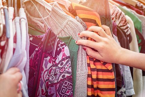 Flohmarkt - Kleider - Kaufen Lifestyle kaufen Mensch feminin Hand 1 Mode Bekleidung Kleiderbügel verkaufen trendy positiv Vorfreude Tatkraft Neugier Business