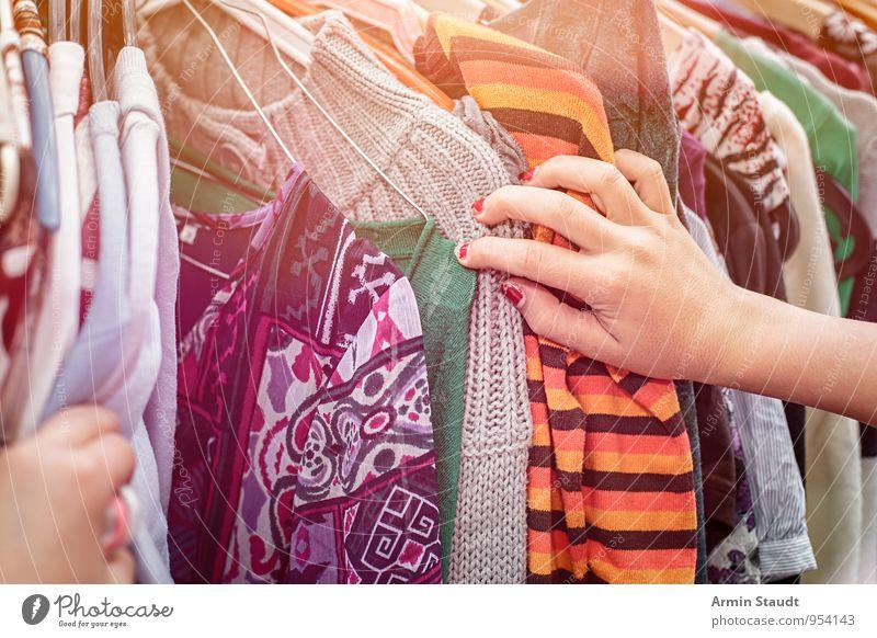 Flohmarkt - Kleider - Kaufen Mensch alt Hand feminin Mode Lifestyle Business Design Bekleidung kaufen Neugier Stoff Suche trendy positiv Reichtum