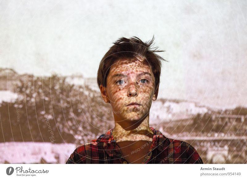Porträt mit Diaprojektion Mensch Kind Jugendliche Einsamkeit dunkel außergewöhnlich Kopf maskulin Lifestyle 13-18 Jahre stehen Haut Fotografie Idee Coolness einzigartig
