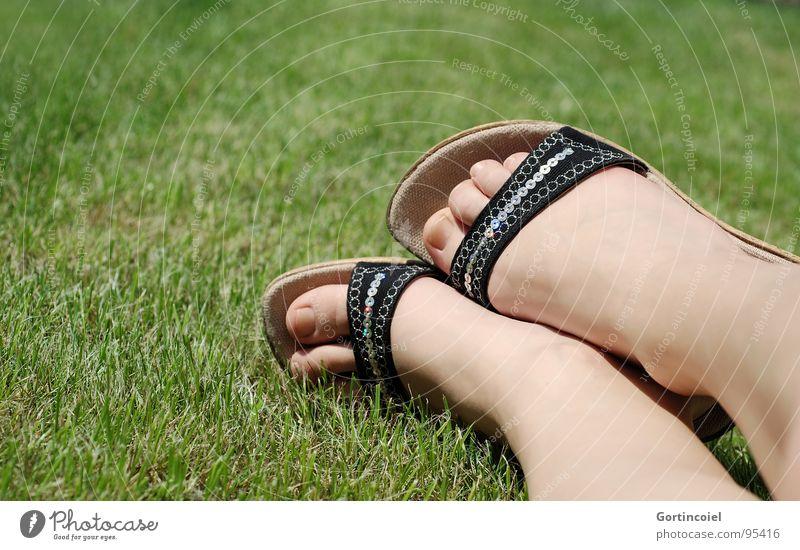 """""""Ich will 'nen Sommer nur für mich!"""" Haut Sonnenbad Frau Erwachsene Beine Fuß Gras Wiese Schuhe Damenschuhe glänzend liegen Sandale Zehen Fußknöchel Farbfoto"""