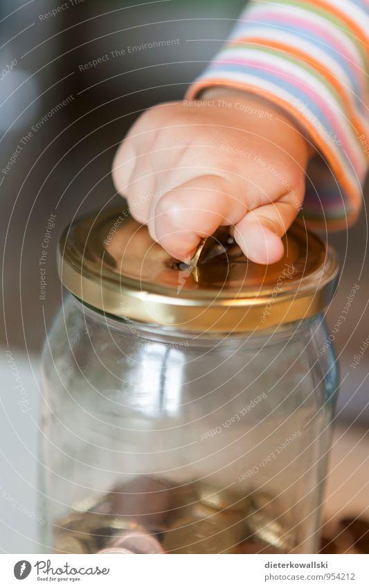 Notgroschen Geld sparen Kind Hand 1-3 Jahre Kleinkind Spielen Kindheit Kinderhand Euro Geldmünzen Geldgeschenk Spardose Sparstrumpf Glas Innenaufnahme
