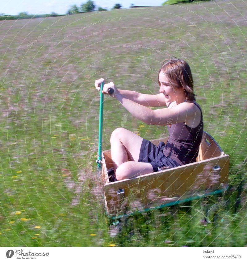 Spazierfahrt Handwagen Sommer Blumenwiese fahren Schneidersitz Geschwindigkeit Berghang Physik abwärts Blühend Wärme