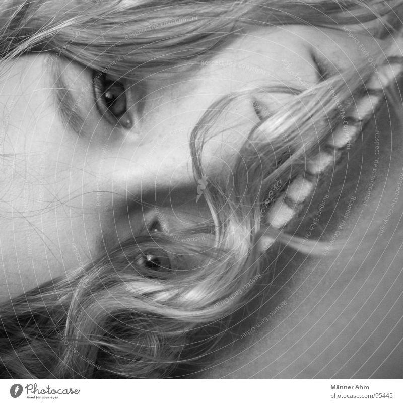 Frisch gepellt. Frau Auge Haare & Frisuren lachen liegen Bett Vertrauen Locken Decke Schlafzimmer aufstehen