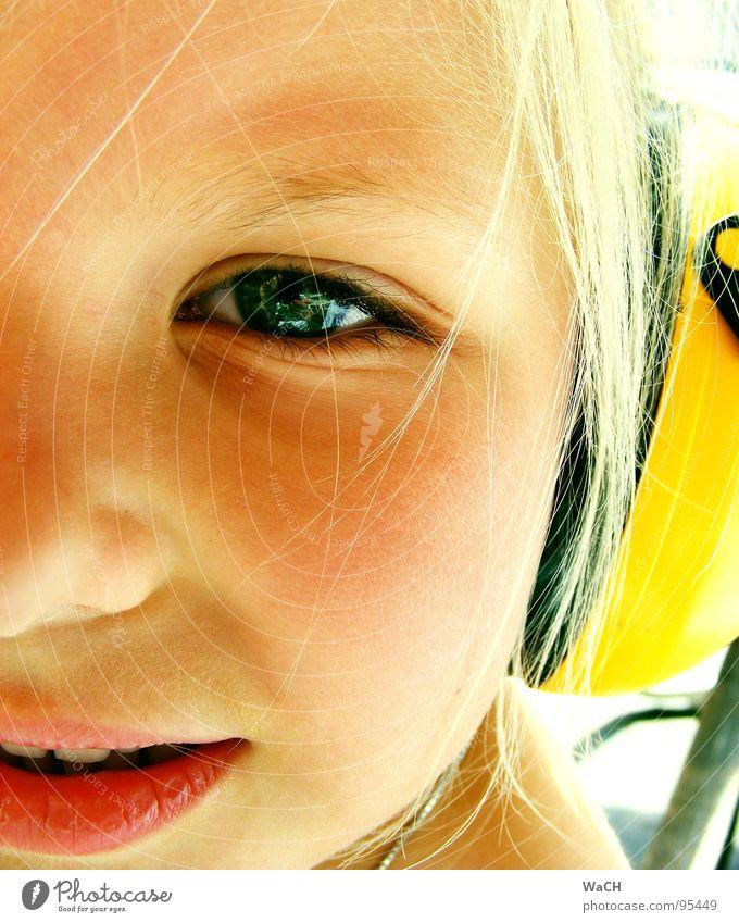 Jenny p-1 Kind Mädchen Kopfhörer Ohrschützer gelb blond Sommer hören Kleinkind Auge Mund hell Jennifer Blick Momentaufnahme