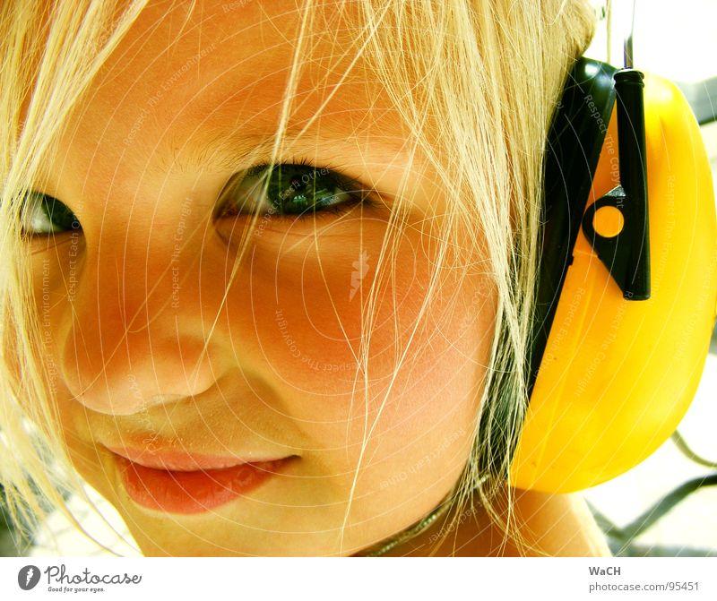Jenny p-2 Kind Mädchen Kopfhörer Ohrschützer gelb blond Sommer hören Kleinkind Auge Mund hell Jennifer Blick Momentaufnahme