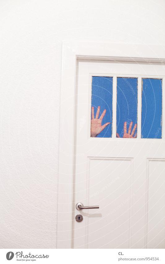 keep door closed Häusliches Leben Wohnung Raum Mensch Hand Finger 1 Mauer Wand Fenster Tür Türknauf bedrohlich gruselig lustig blau weiß Angst Entsetzen