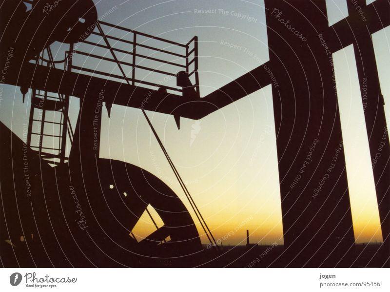 Industriedenkmal Himmel schwarz Arbeit & Erwerbstätigkeit orange Metall Aussicht Stahl Denkmal historisch Wahrzeichen Schornstein Abenddämmerung Ruhrgebiet
