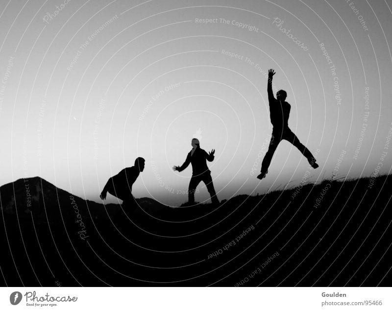 Hossa Hossa schwarz Luft Sonnenuntergang Tagtraum springen Traumwelt Wachtraum Abend Freundschaft Mann Frau Schwarzweißfoto Kraft Jugendliche Mensch