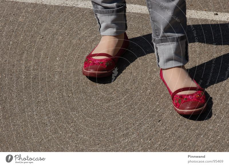 rotkäpchen? rot Straße Fuß Schuhe warten Bekleidung Jeanshose Pause Hose