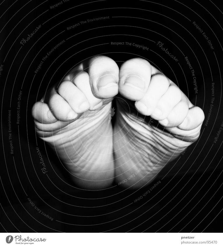 Treter Zehen Nagel schwarz weiß Nervosität verkrampft Freude Schwarzweißfoto Frau Fuß Kitzel Barfuß