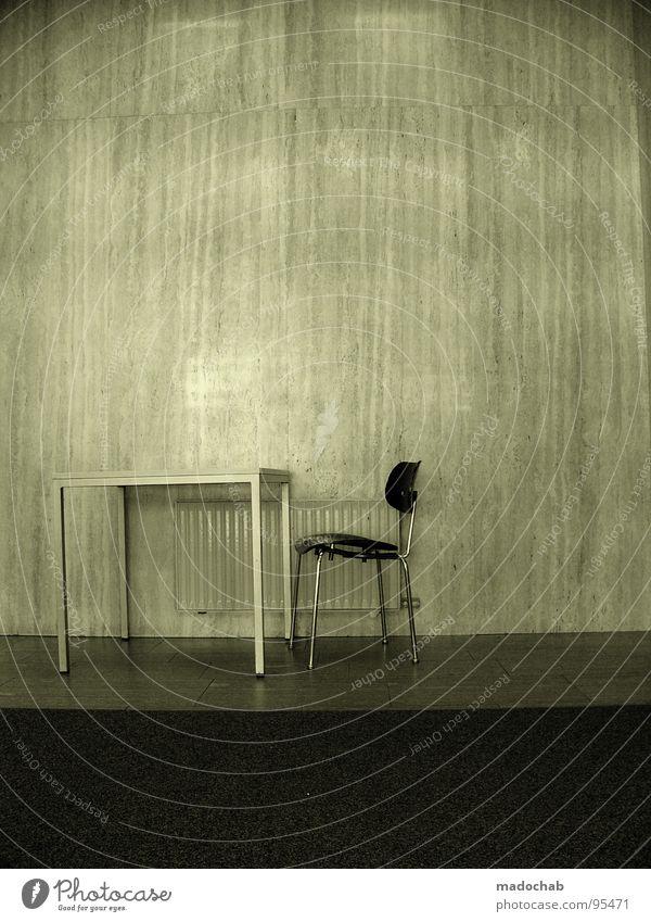 AMTLICH Tisch unpersönlich Pflicht Kunde Gast Raum Wand Willkommen unbequem beängstigend Panik grau trist leer Einsamkeit old-school geschmacklos Vernehmung