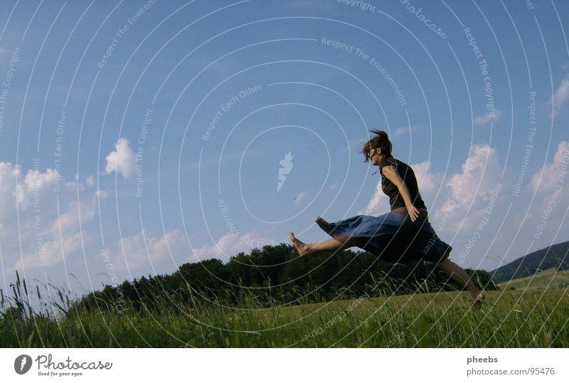 einfach davon fliegen... Luft Wolken Frau springen Gras Wiese Feld Sommer Blume Himmel schreiten Freiheit Berge u. Gebirge Natur Leben
