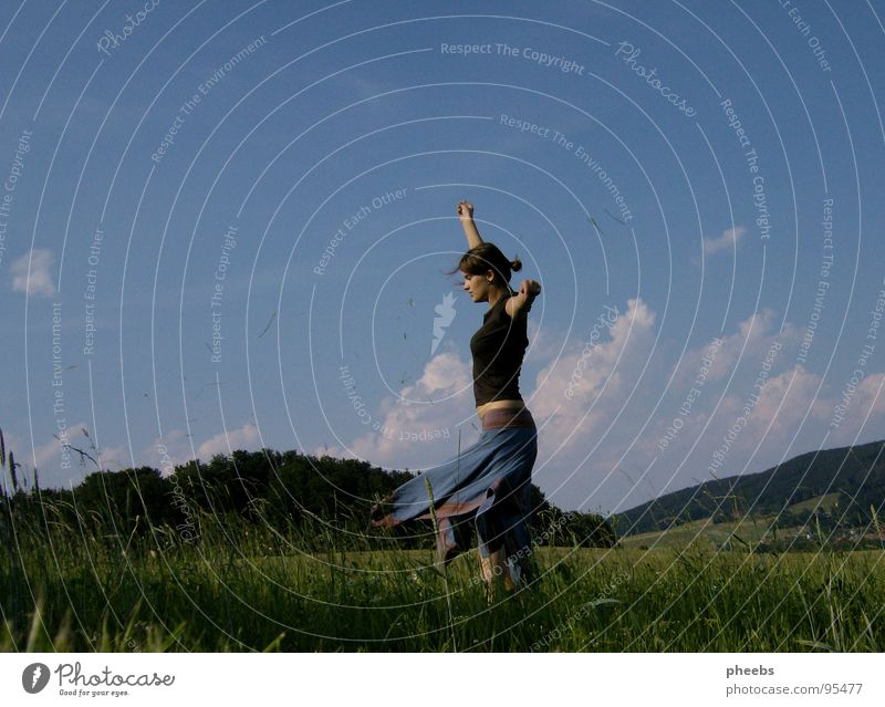 ...oder genießen... Frau Himmel Natur Sommer Blume Wolken ruhig Leben Wiese Freiheit Berge u. Gebirge Gras Luft Zufriedenheit Feld Wind