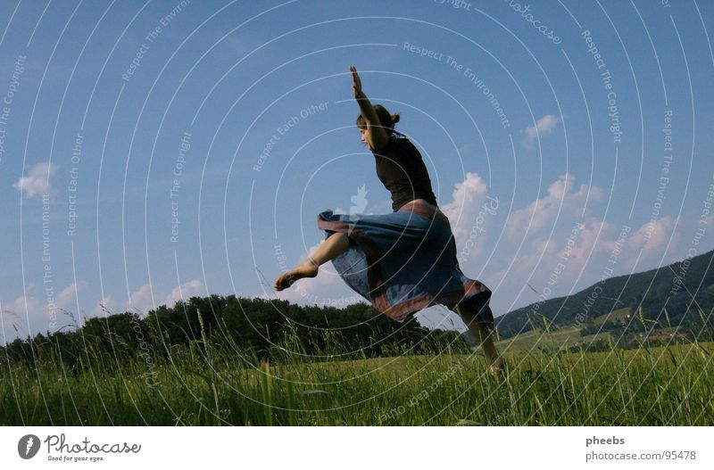 ...oder springend... Frau Natur Himmel Blume Sommer Wolken Leben Wiese springen Gras Berge u. Gebirge Freiheit Luft Feld schreiten