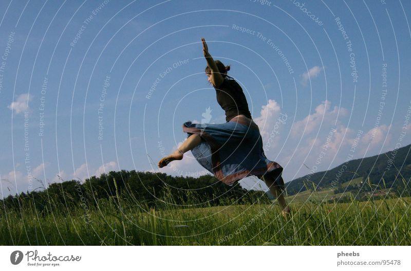 ...oder springend... Luft Wolken Frau Gras Wiese Feld Sommer Blume Himmel schreiten Freiheit Berge u. Gebirge Natur Leben