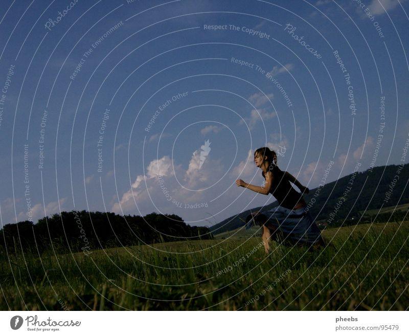 ..weglaufen. Luft Wolken Frau springen Gras Wiese Feld Sommer Blume Himmel schreiten Freiheit Berge u. Gebirge Natur Leben
