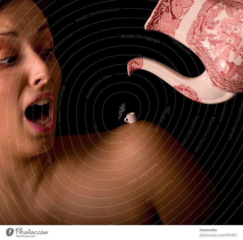 teatime Teekanne Frau Tasse Schrecken schreien entladen Schulter spontan Blick Pause trinken genießen bewegungslos erschrecken feminin Panik Angst abrupt gießen