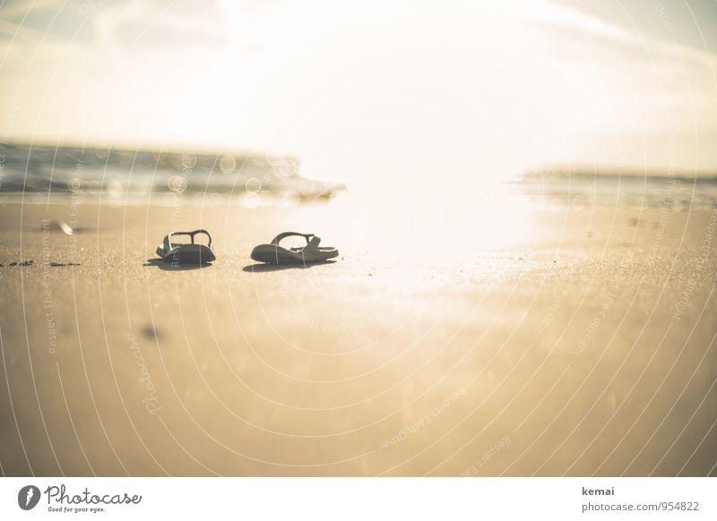 Morgenspaziergang Ferien & Urlaub & Reisen Sommer Sonne Meer ruhig Strand hell glänzend gold Tourismus Schuhe frisch Ausflug Schönes Wetter Sommerurlaub Sandstrand