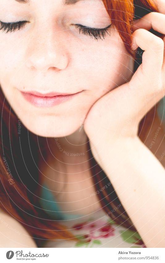 happy now feminin Junge Frau Jugendliche Gesicht 18-30 Jahre Erwachsene rothaarig langhaarig berühren Denken liegen träumen Fröhlichkeit orange rosa schwarz