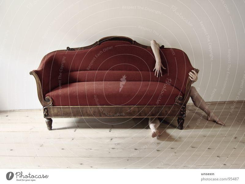 hello Möbel Sofa Mensch Arme Hand Beine Fuß 1 hocken sitzen nackt rot verstecken zurückziehen Farbfoto Gedeckte Farben Innenaufnahme Tag Schatten Kontrast
