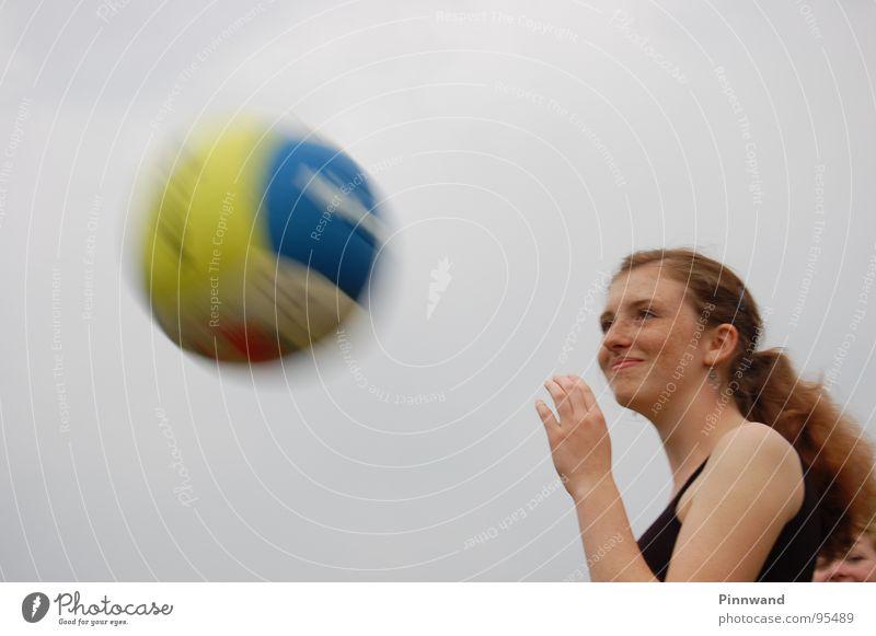 Überraschung schön Geschwindigkeit Ball Dame gefangen Unfall Sommersprossen rothaarig Reaktionen u. Effekte Schrecken Schock Volleyball Leberfleck Ballsport