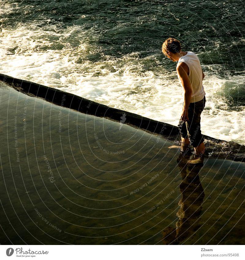 wasserläufer Mensch Mann Jugendliche Wasser Wellen gehen stehen Jeanshose Am Rand Wasserfall Wasseroberfläche Gischt kühlen Kühlung schäumen Wasserspiegelung