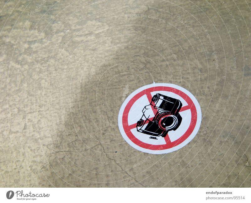 strafbar Straße grau Schilder & Markierungen Beton Bodenbelag Fotokamera Warnhinweis seltsam Verbote Etikett Warnschild unlogisch