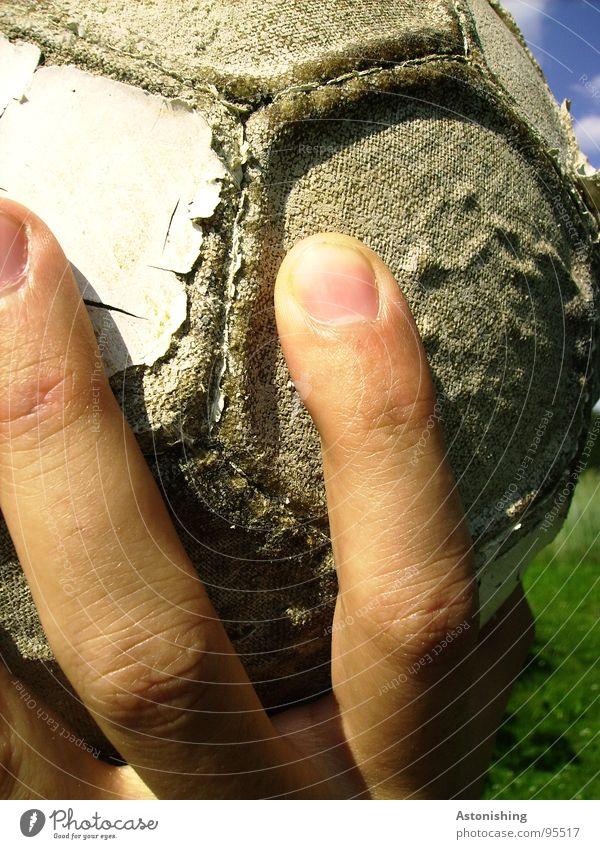 Hand-Ball Spielen Sport Mensch maskulin Finger 1 Leder alt festhalten werfen kaputt weich grau Fingernagel Wabe Haut hochhalten lederball Farbfoto mehrfarbig