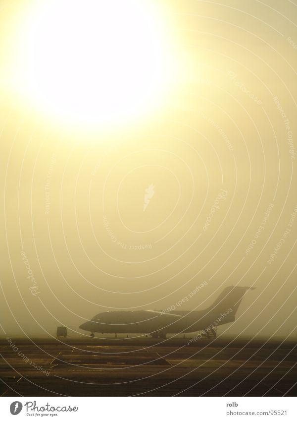 airport 004 Flugzeug Nebel Vorfeld Sonnenaufgang Fernweh Stimmung Ferne geheimnisvoll fremd Einsamkeit Verkehr Luftverkehr Flughafen Morgen