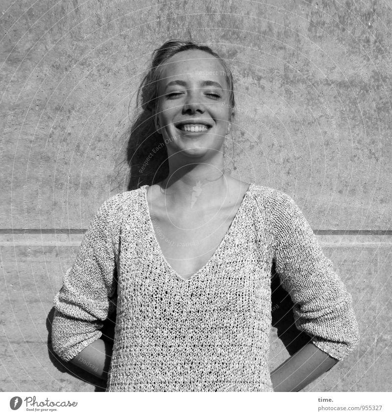 Nelly Mensch Jugendliche schön Junge Frau Erholung Wand Leben feminin Mauer Glück lachen Zufriedenheit blond warten ästhetisch genießen