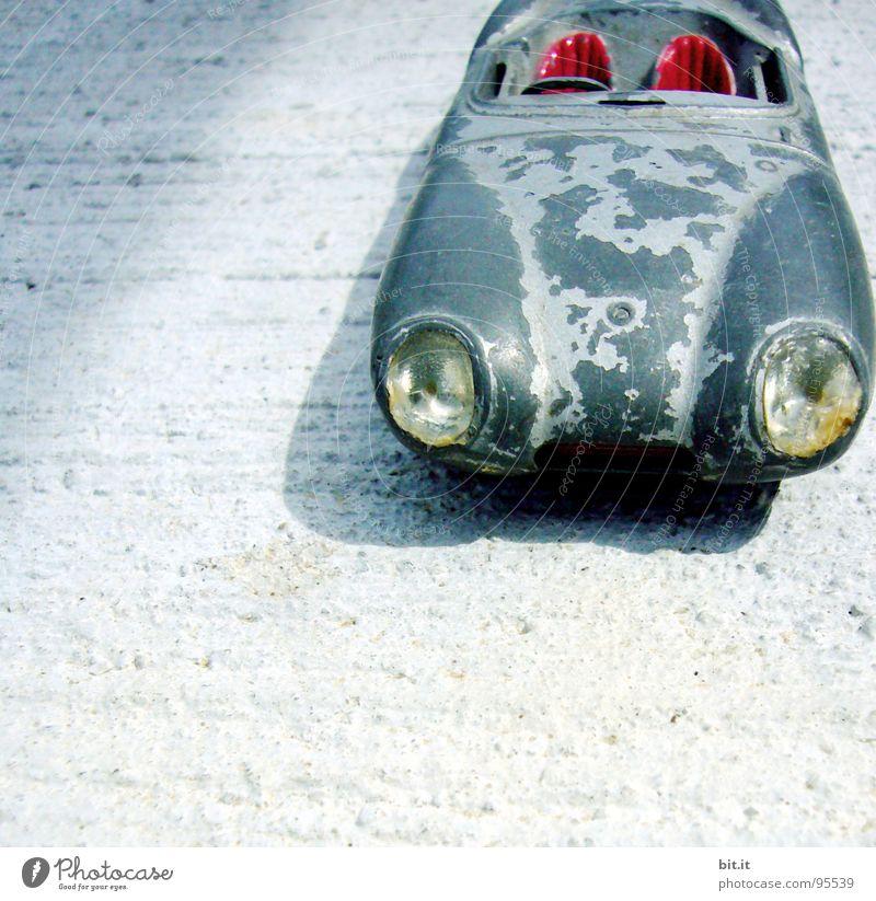 Der Lack ist ab... Spielen Lampe Kinderzimmer Rennbahn Kindheit Verkehr Straße PKW Leder Spielzeug alt historisch blau grau rot schwarz Schwäche Vergänglichkeit