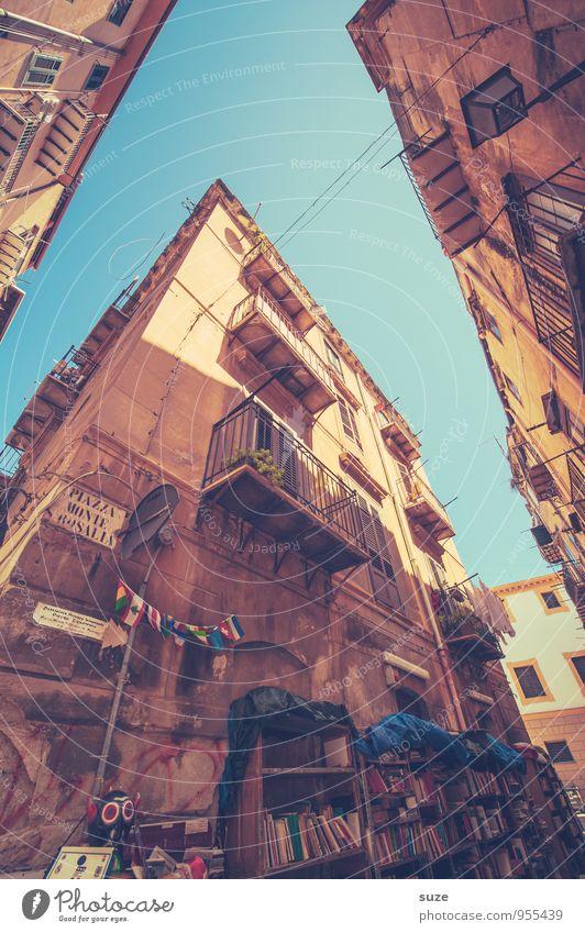 Aus gutem Haus Ferien & Urlaub & Reisen Stadt alt Fenster Reisefotografie Architektur Gebäude braun Fassade dreckig authentisch fantastisch Buch Vergänglichkeit