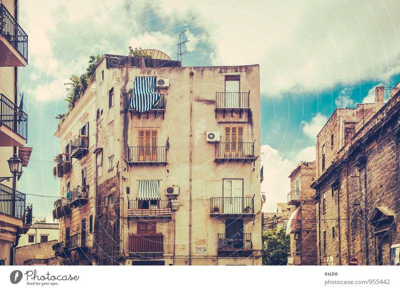 Kein Mensch, aber es lebt ... Ferien & Urlaub & Reisen alt Stadt Reisefotografie Architektur Gebäude Stil Fassade dreckig Häusliches Leben trist authentisch Klima Vergänglichkeit Kultur Italien