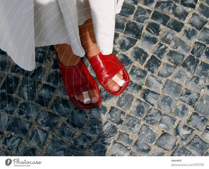 Rote Sandalen mit bandagierten Zehen Ferien & Urlaub & Reisen Sightseeing Städtereise Sommer wandern Frau Erwachsene Kultur Rock Schuhe Stein laufen stehen grau