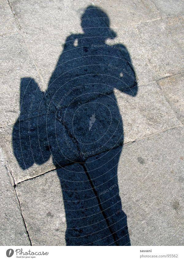 Schatten von Frau mit Tasche auf Stein Ferien & Urlaub & Reisen Sommer Sonne Erwachsene Straße grau Portugal Mittagssonne Reisefotografie Kopfsteinpflaster