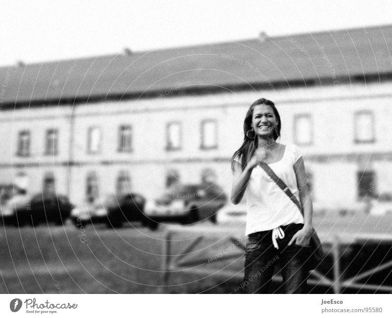 freeze honey Stil Freude schön Spiegel feminin Frau Erwachsene 1 Mensch 18-30 Jahre Jugendliche Stadt PKW T-Shirt Jeanshose Accessoire Tasche brünett langhaarig