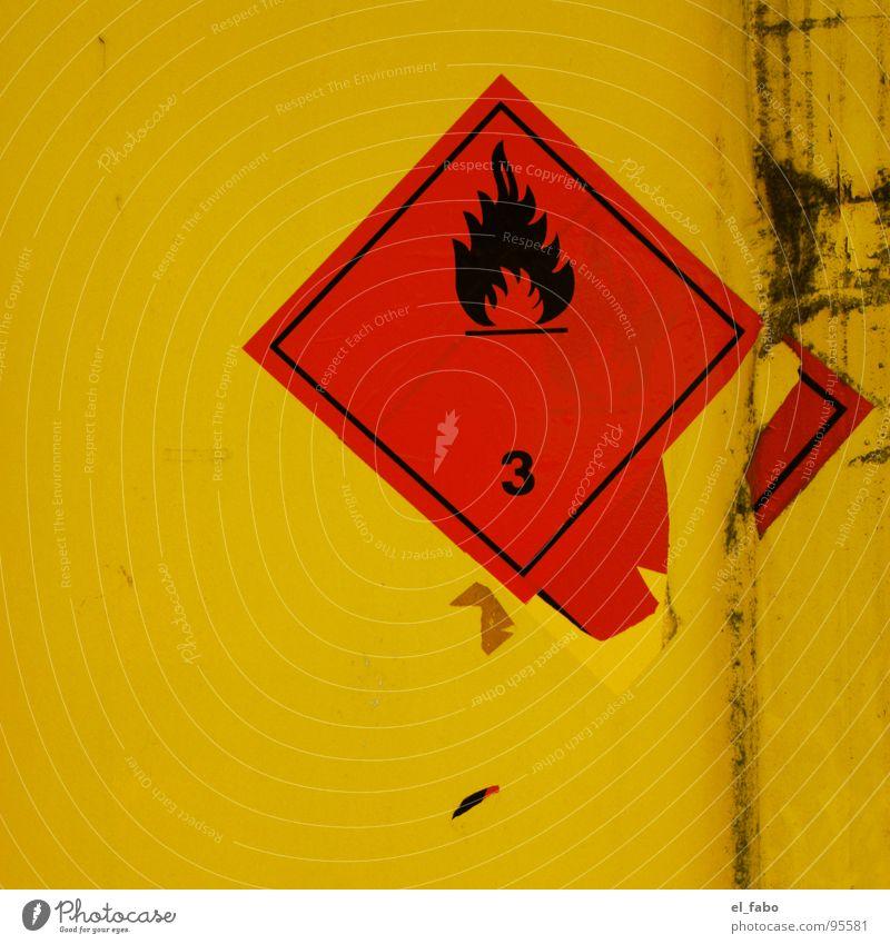 3 Etikett gelb rot Kratzer kaputt 2 gefährlich Warnhinweis Warnschild Brand Container trashig bedrohlich Schilder & Markierungen Metall lack ab
