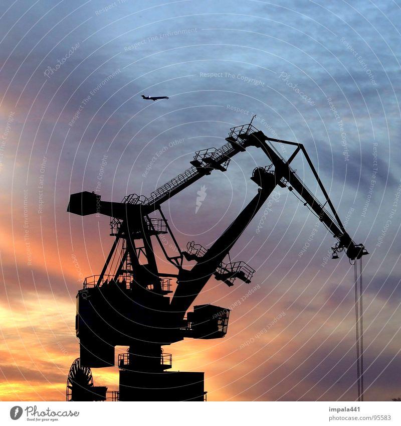 stahlschwan Himmel blau rot Arbeit & Erwerbstätigkeit Flugzeug Seil Industrie Hafen Stahl Gewicht Geometrie Kran Abenddämmerung Eisen Verlauf heben