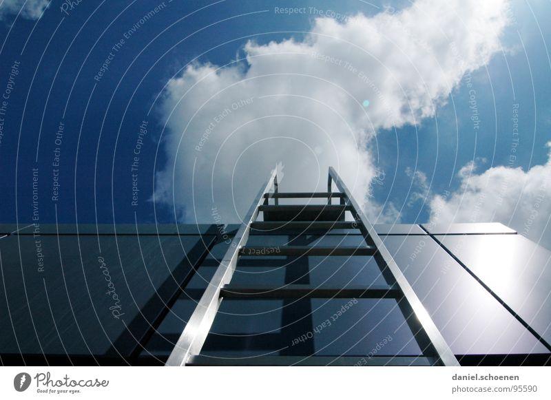 Karriereleiter ? Himmel weiß Sonne blau Sommer Wolken Metall Wetter Industrie Treppe Dach aufsteigen zyan
