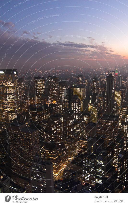 New York Lights Stadt Wolken Haus Straße Hochhaus modern Verkehr Energiewirtschaft Elektrizität USA Skyline Aussicht Amerika Stadtzentrum Schlucht New York City