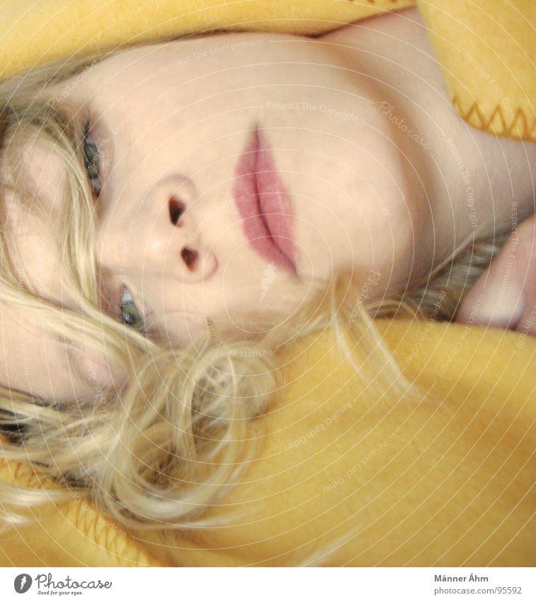 Die gelbe Decke. Frau Gesicht Haare & Frisuren blond liegen Vertrauen Locken Schlafzimmer