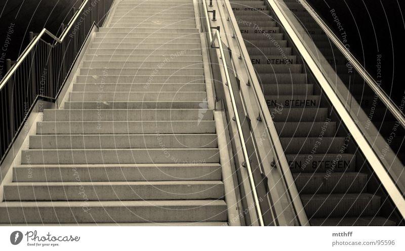 links gehen - rechts stehen Treppe Tunnel U-Bahn Bahnhof aufwärts Geländer anstrengen Rolltreppe unterirdisch